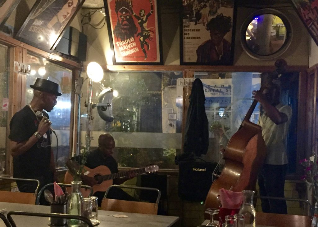 A swinging Jazz trio.